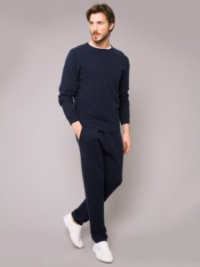 mens_cashmere_sweatshirt_finley_cashmere_midnight_model
